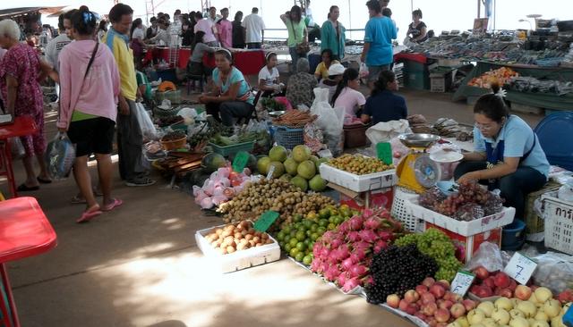 Phon Phisai market